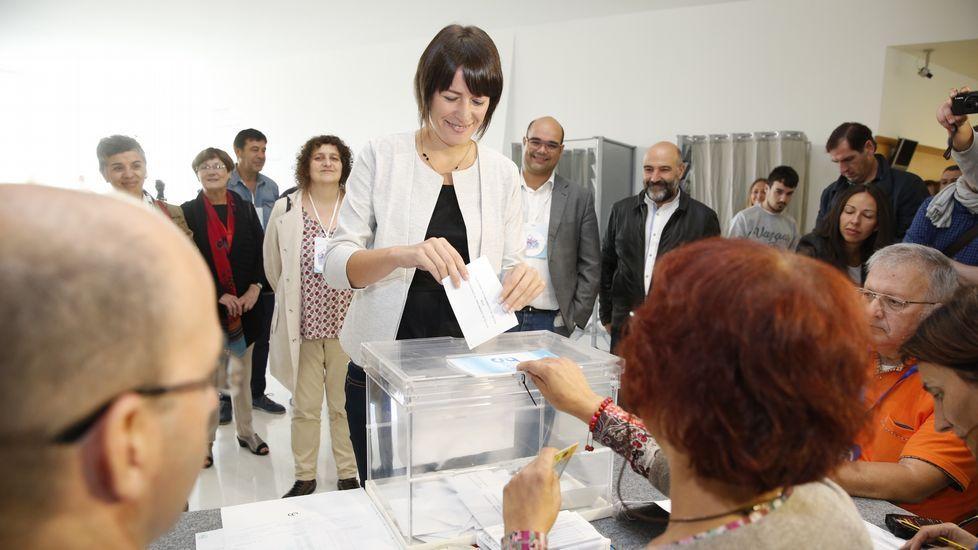El alcalde de A Coruña, Xulio Ferreiro, votó en el centro cívico de San Diego.