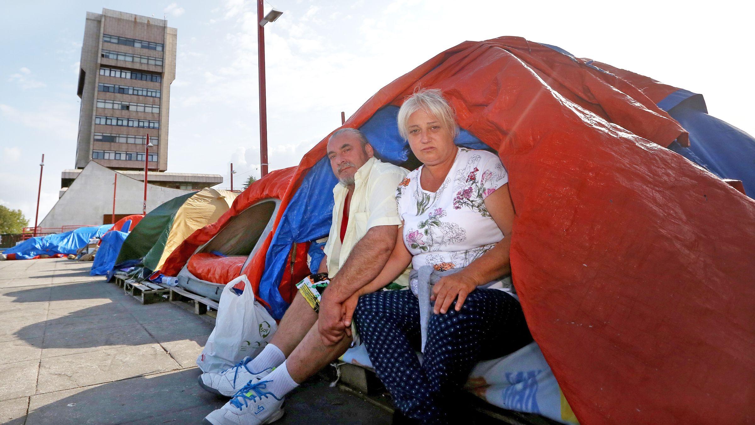 Los desahuciados del barrio del Cura, en la acampada del Concello de Vigo.Concentración de afectados por la hipoteca contra un desahucio