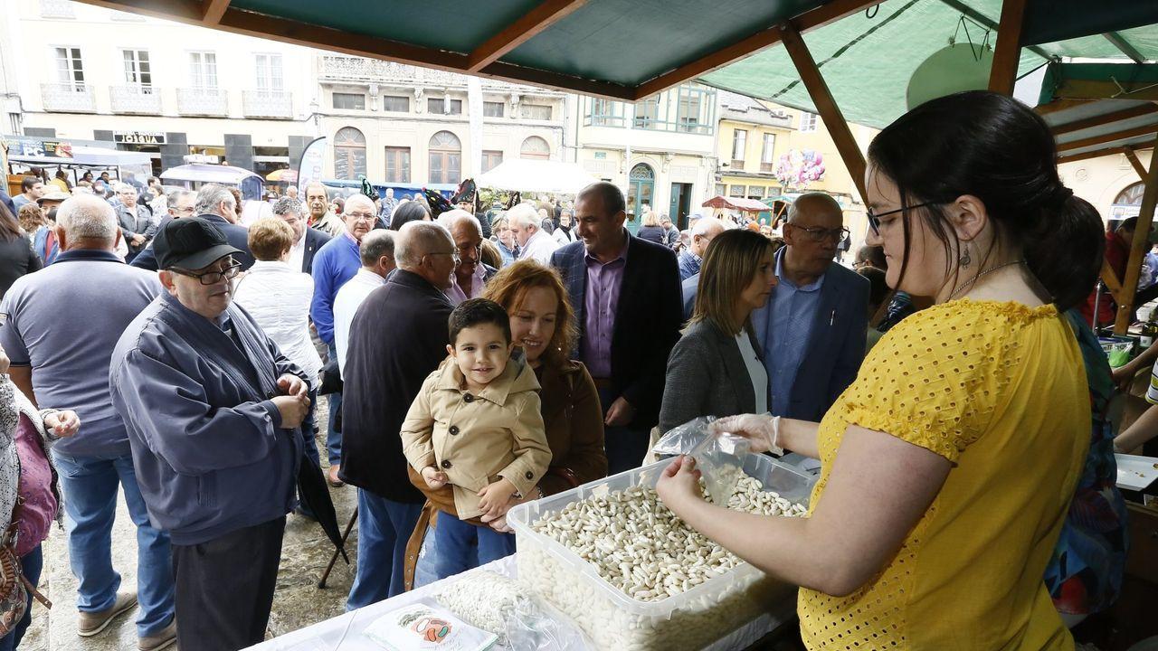 Manuel Románinvita a todos a disfrutar de la XXIX Festa da Faba, ya en marcha en Lourenzá.Vecinos de A Devesa realizando una quema controlada de restos