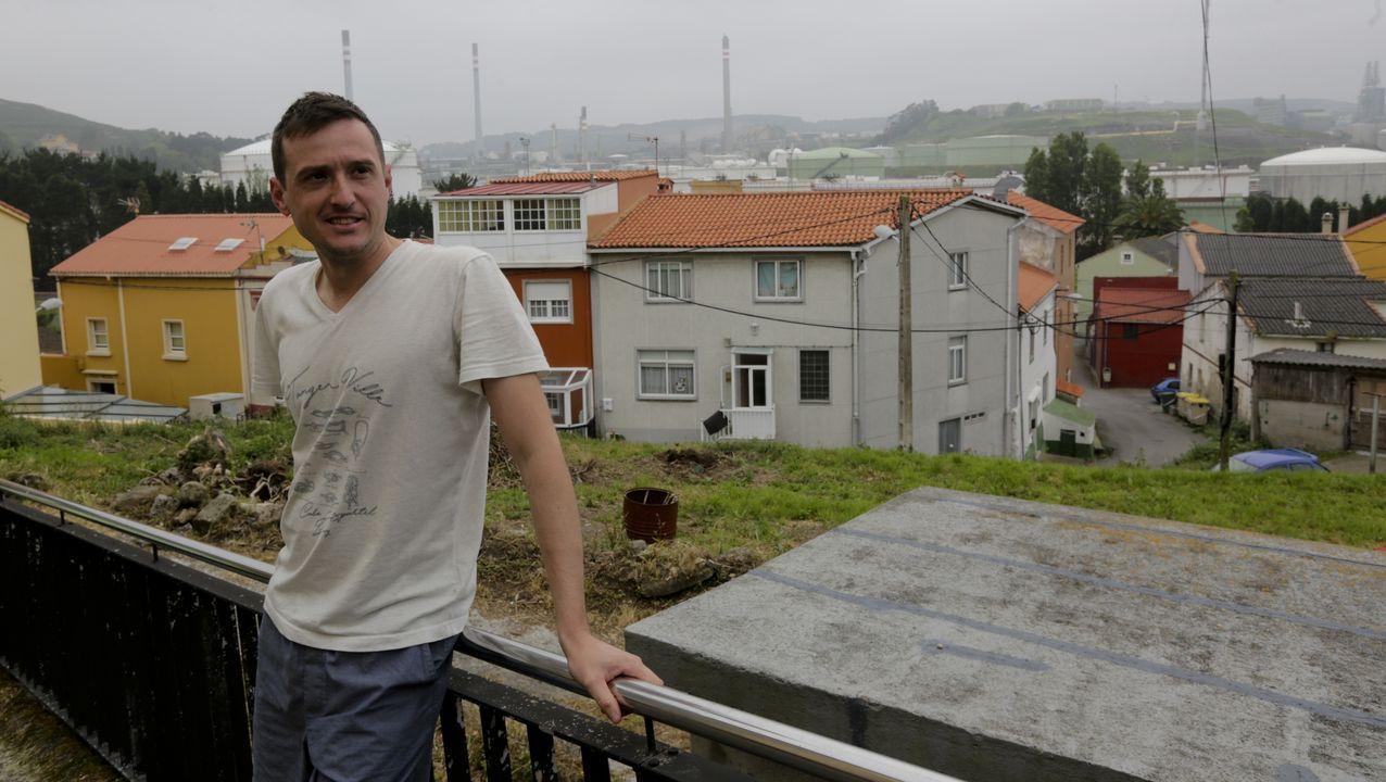 Abel vive en el final de A Coruña hacia Arteixo, con vistas a la refinería