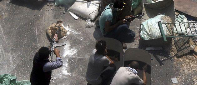 egipto.<span lang= es-es >Desalojo de una mezquita</span>. Equipos especiales desalojaron por la fuerza una mezquita donde se refugiaban desde el viernes cientos de manifestantes islamistas, que tuvieron que ser protegidos de una turba de civiles exaltados que pretendían lincharlos.