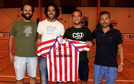 El entrenador Juan Copa y el director deportivo Tito Torres con los fichajes Martín y Fariza.