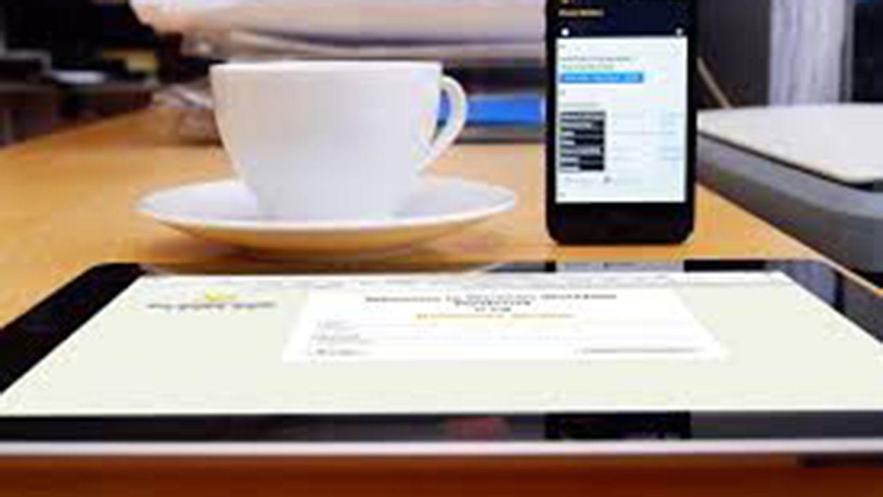 Varios dispositivos electrónicos sobre la mesa