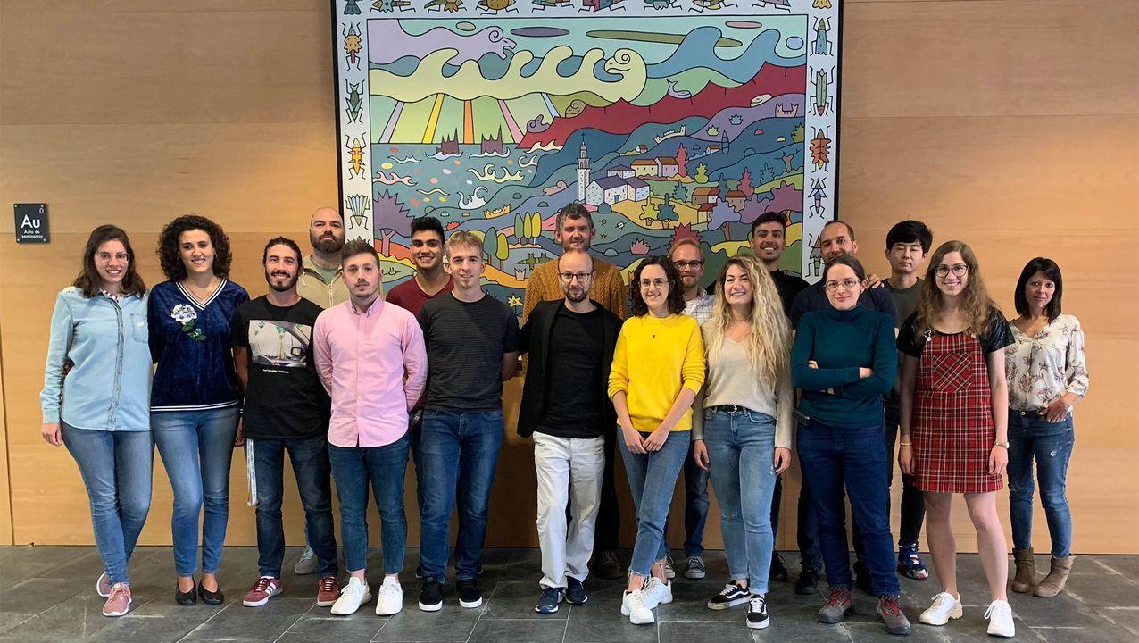El equipo del CiQUS con el profesor Javier Montenegro en el centro