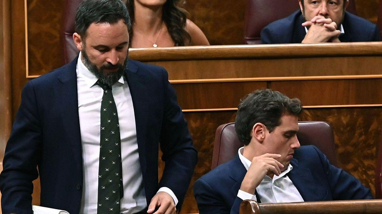 El presidente de Vox, Santiago Abascal, pasa junto al presidente de Ciudadanos, Albert Rivera, antes de su intervención de este jueves ante el Pleno del Congreso