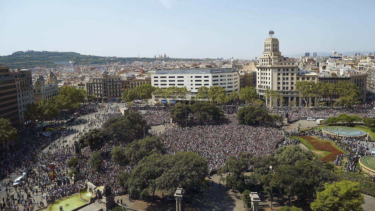 Vista sobre la plaza de Cataluña durante el minuto de silencio por los atentados de Barcelona y Cambrils