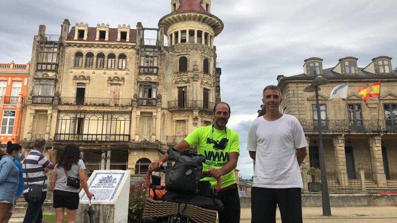 El ciclista argentino con el alcalde de Ribadeo, Fernando Suárez, ante la Torre dos Moreno y el Concello