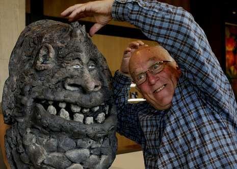 toystory_detalle.Colin Arthur con una de sus creaciones, el Comepiedras de «La historia interminable».