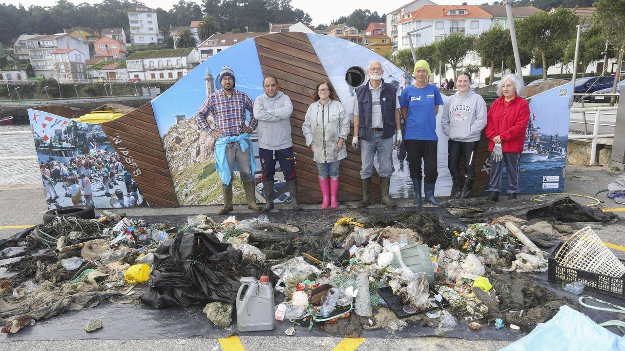 Jornada de limpieza en el puerto de Camariñas.Mónica Martínez, número 2 de Ciudadanos