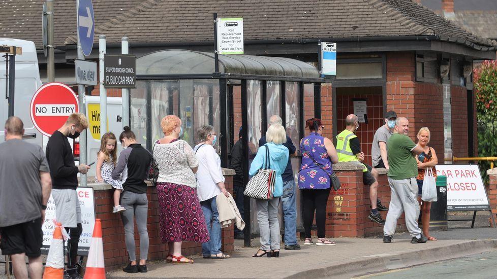 Gente haciendo cola en un centro de pruebas en Gran Bretaña