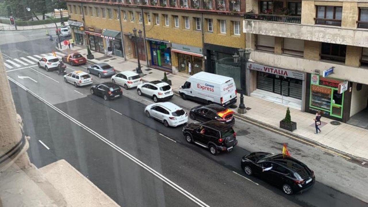Coches participantes en la protesta de Vox  en Oviedo