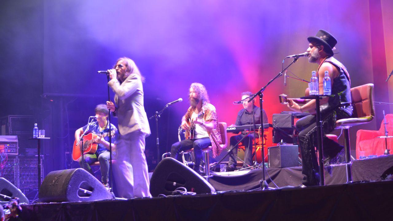 ¡Mira aquí las fotos del concierto de Heredeiros en Noia!.David Costas, de azul, en un Reus-Oviedo de la 16/17