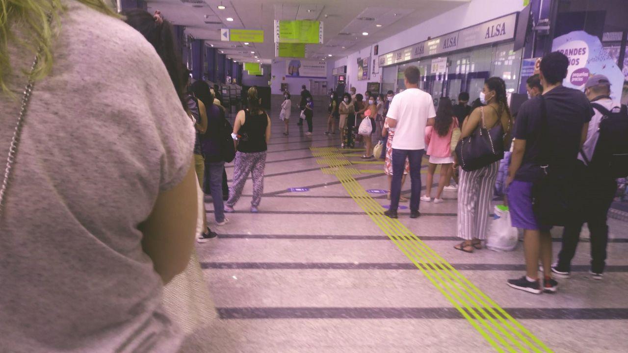 pasajero, autobús, bus, Asturias.Colas de usuarios esperando para comprar sus billetes en las máquinas expendendoras de la estación de Oviedo