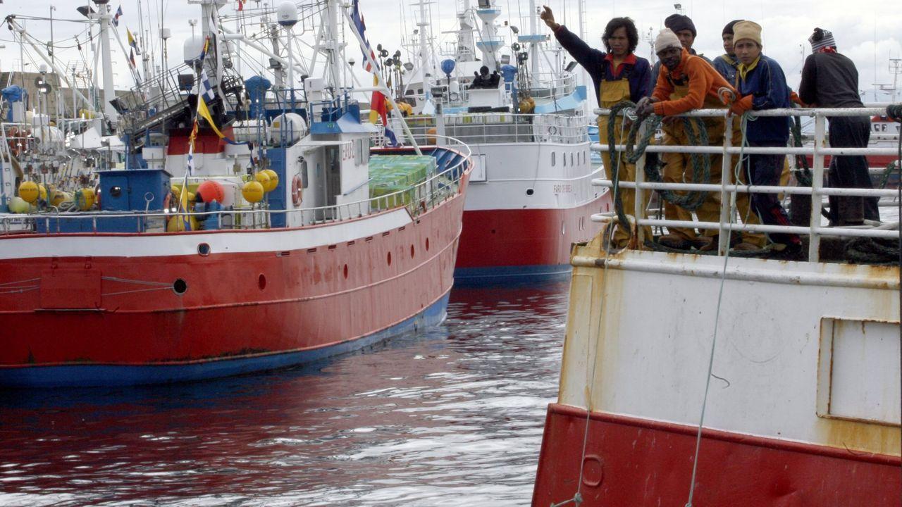 Imagen de archivo de tripulantes en la popa de un pesquero que zarpa de un puerto gallego