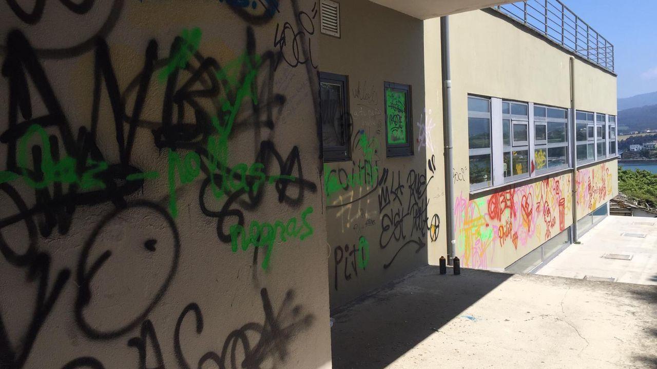 Chequeo al Camino Francés en los municipios de Melide y Arzúa.Estado en el que se encuentra la placa que recuerda a las mujeres fusiladas por el franquismo en Gijón, con la tierra removida en su base