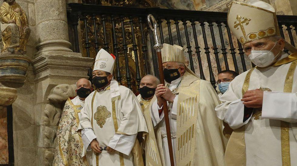El nuncio del papa en España, el filipino Bernardito Auza (segundo por la izquierda), fue quien anunció la ampliación del xacobeo al año 2022