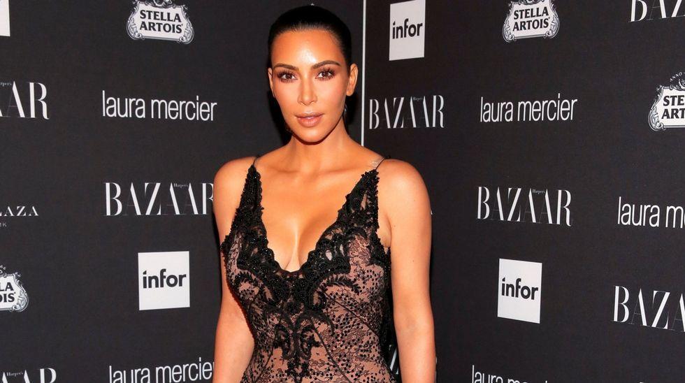 El momento en el que besan el culo de Kim Kardashian