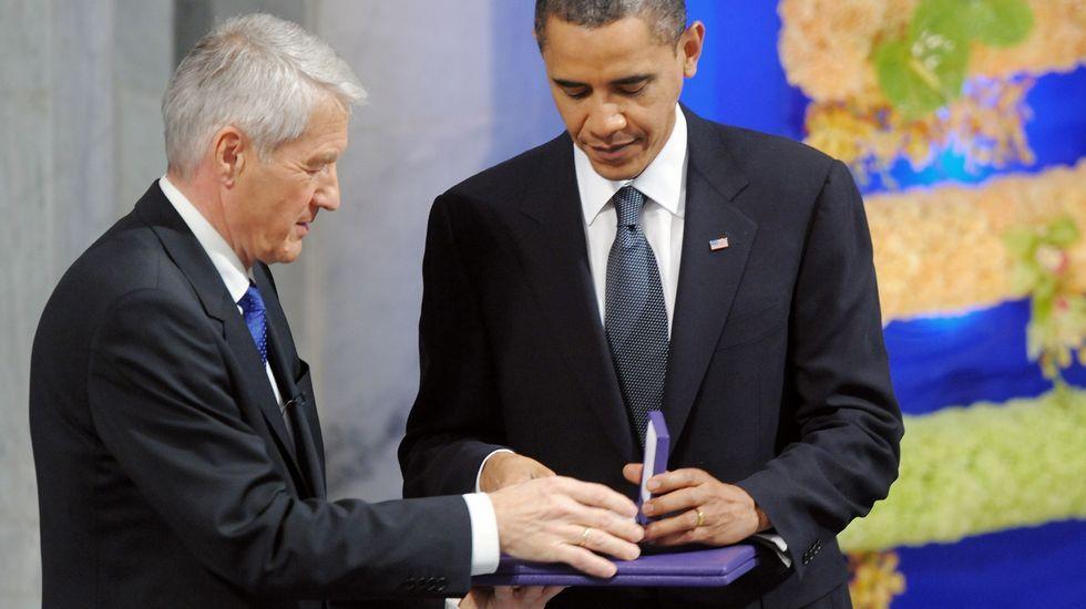 Thorbjoern entregando el Nobel de la Paz a Obama.