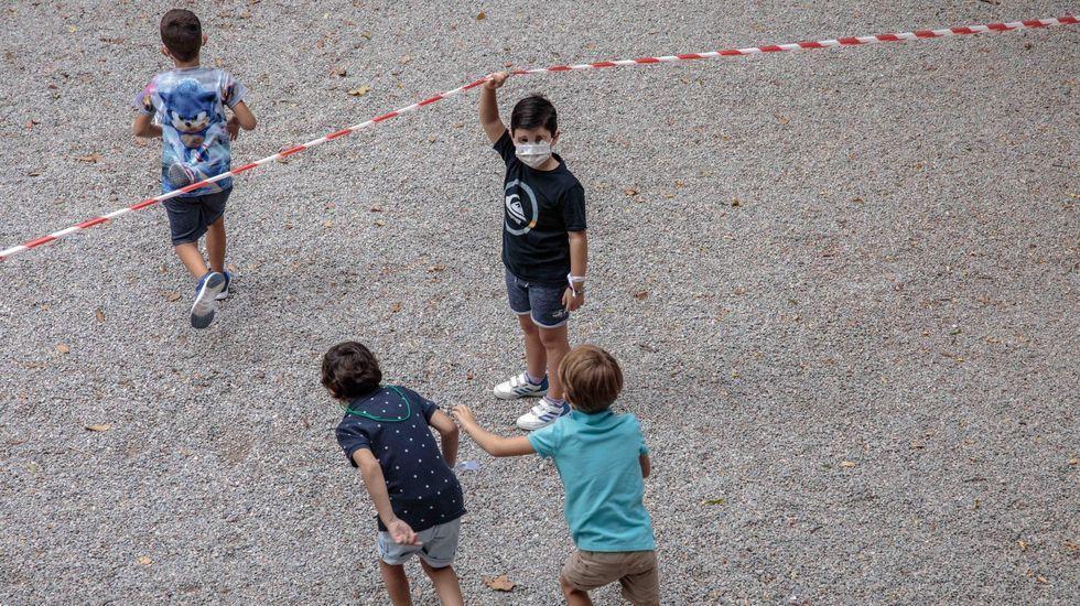 Niños en un patio de recreo en Valencia