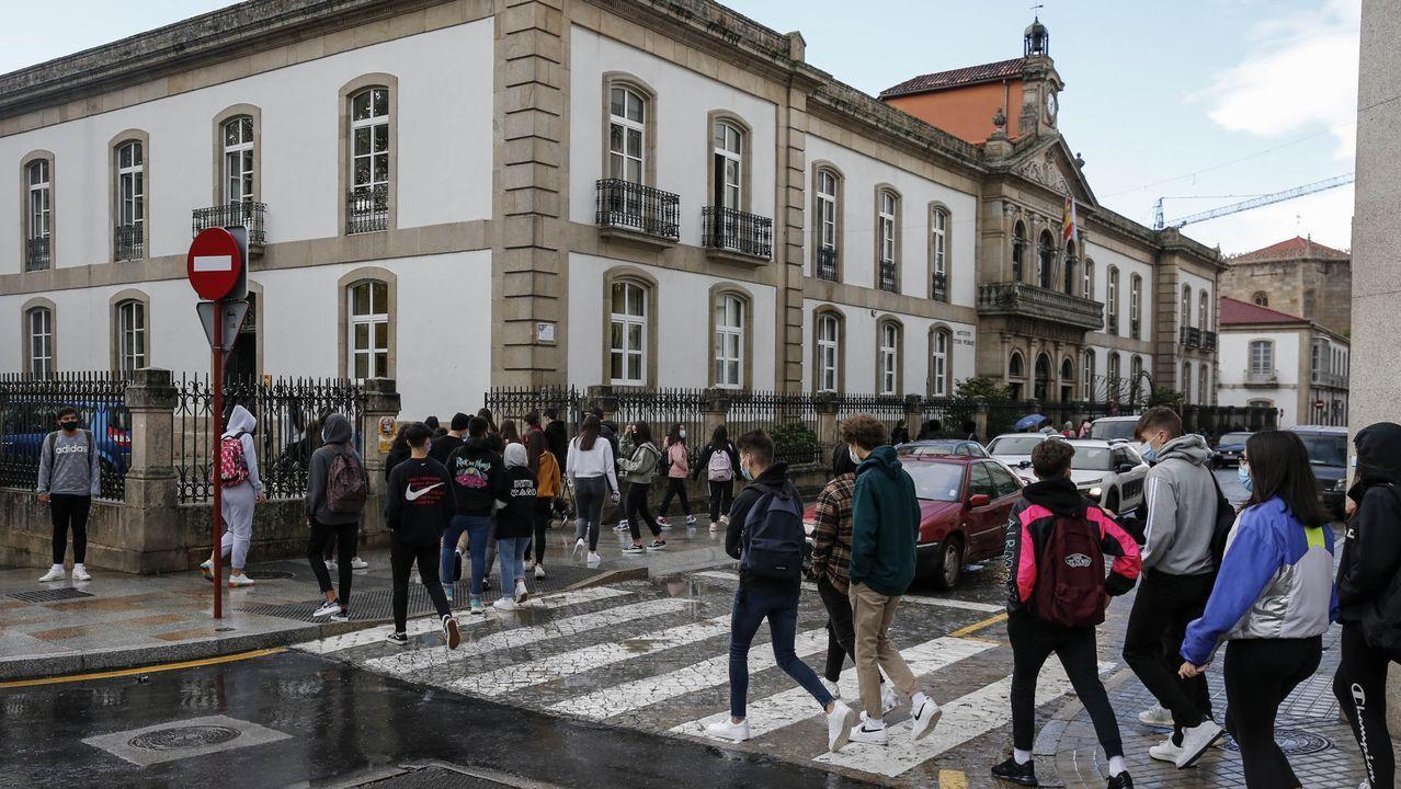 Alumnos entrando al instituto en una foto de archivo