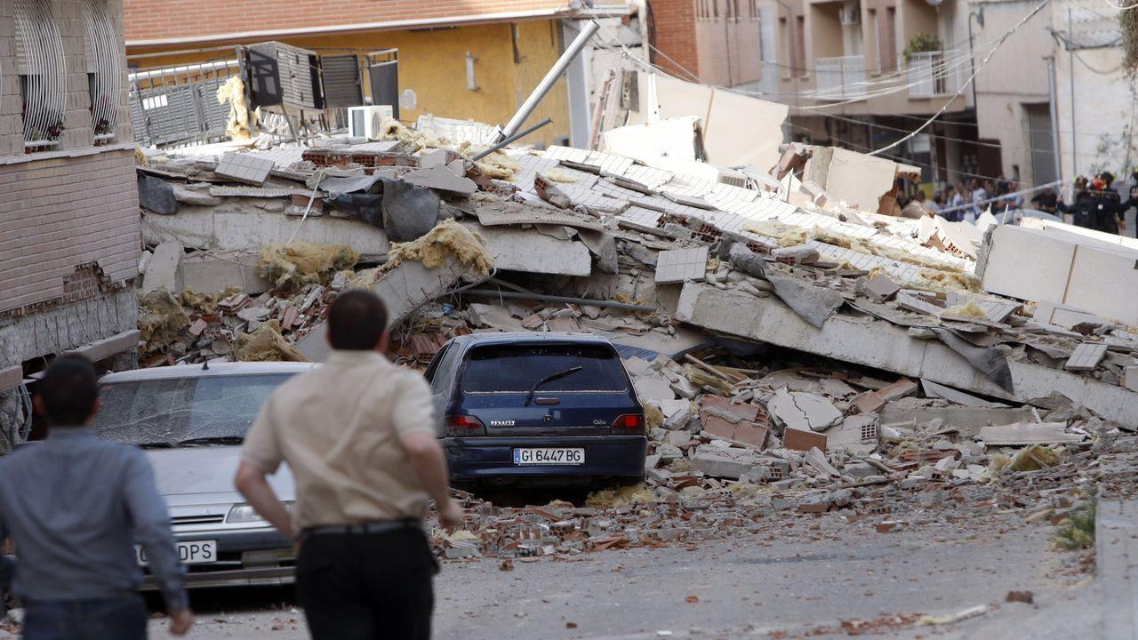 Escombros de un edificio tras el sismo de Lorca