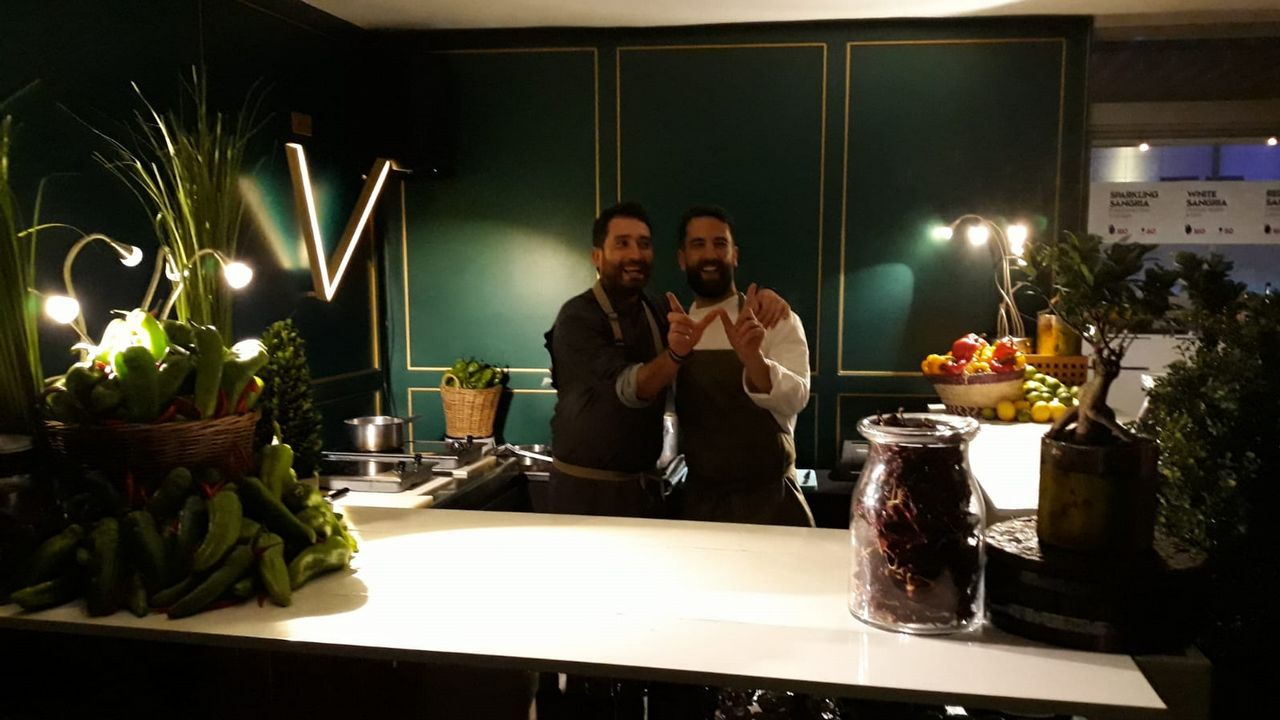 Los chefs gallegos Dani López y Álvaro Fuentes, el jueves antes de comenzar su primer servicio en Doha