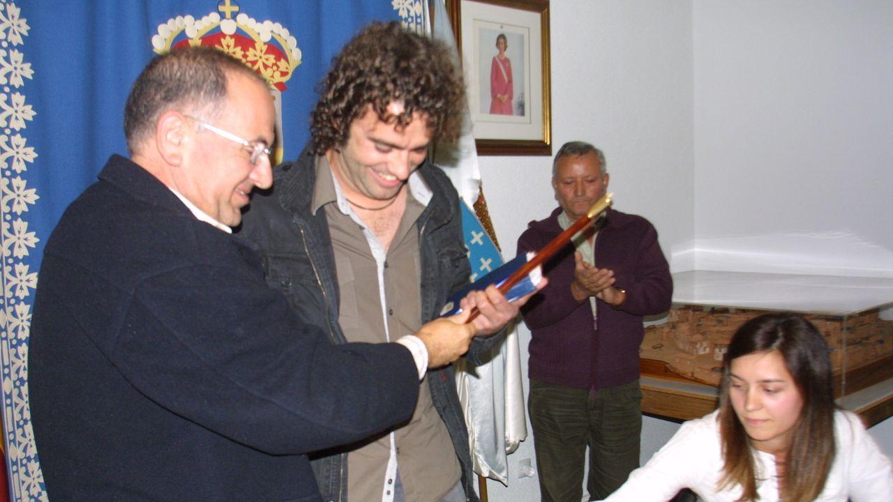 Recibiendo el bastón de mano de la Alcaldía en el 2009
