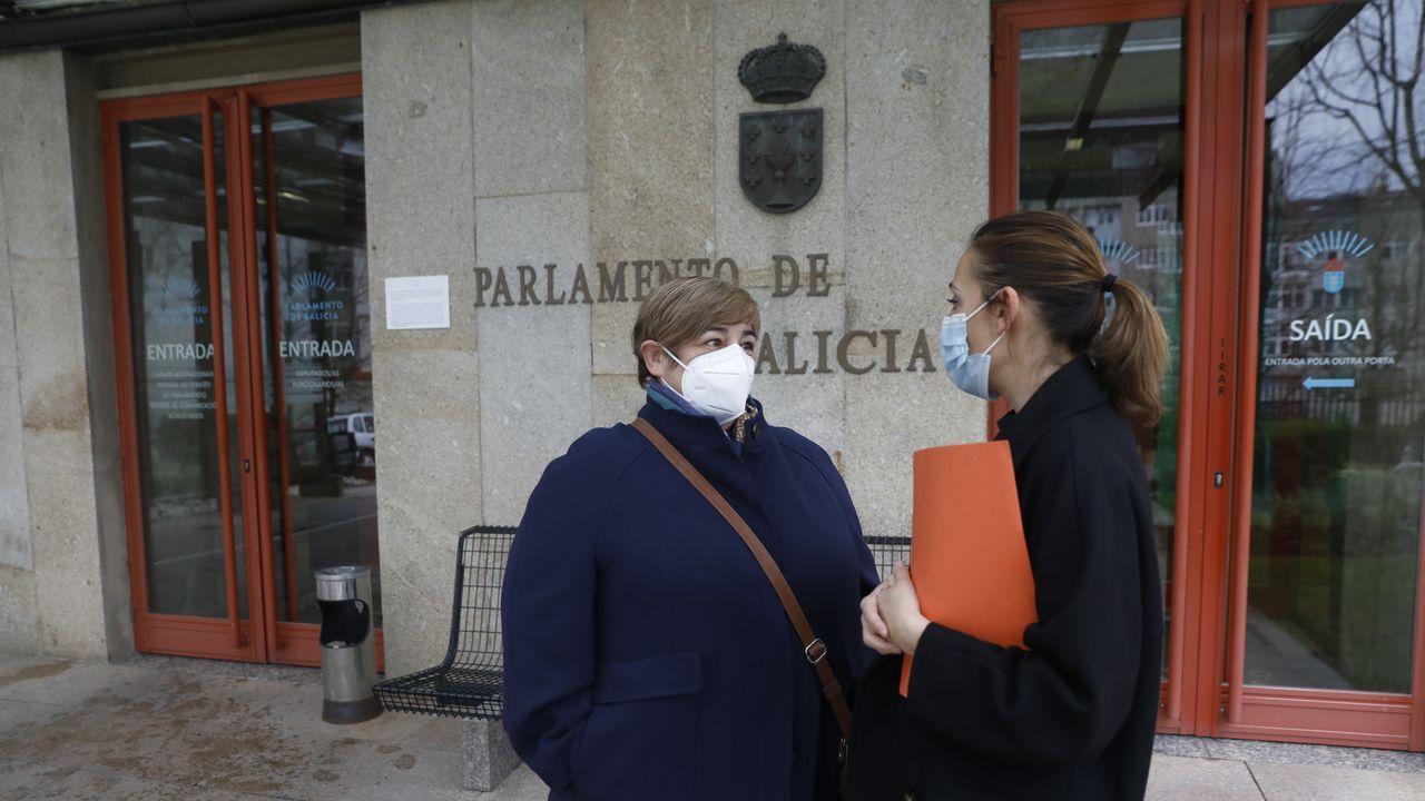 Esperanza Rodríguez junto a la diputada socialista Noa Díaz (derecha), a las puertas del Parlamento de Galicia