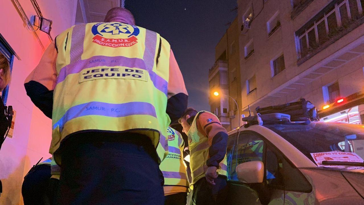 El personal sanitario atiende, el 26 de febrero a la mujer tiroteada en la zona de Ciudad Lineal (Madrid)