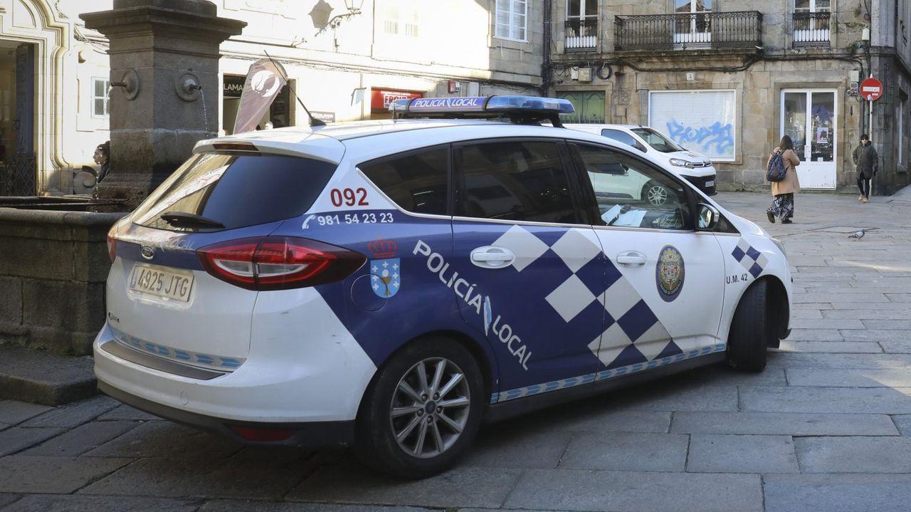 Una patrulla de la Policía Local de Santiago, en una imagen de archivo, en la plaza de O Toural