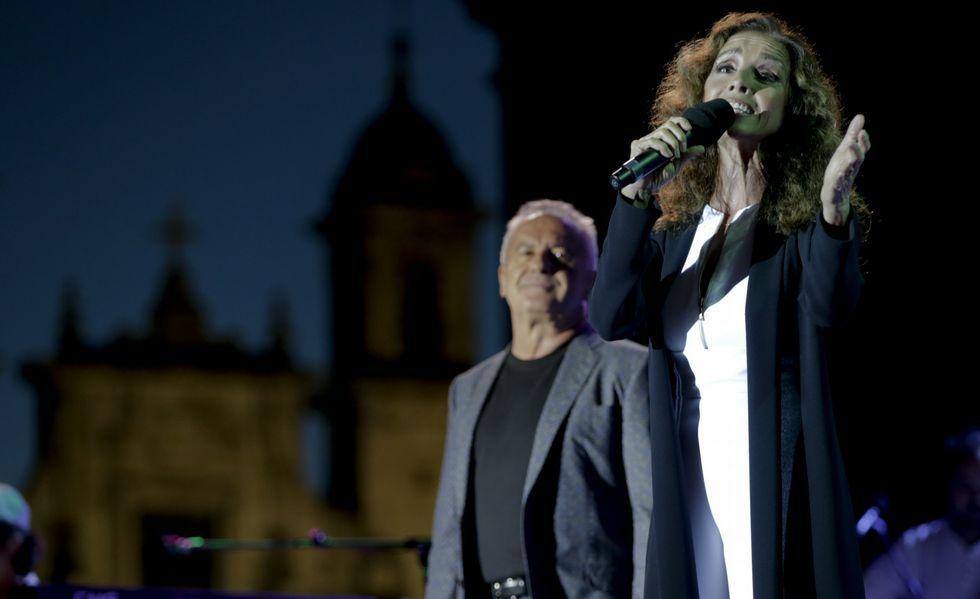 Ana Belén y Víctor Manuel, con la fachada de San Jorge al fondo, durante el concierto que ofrecieron en María Pita.