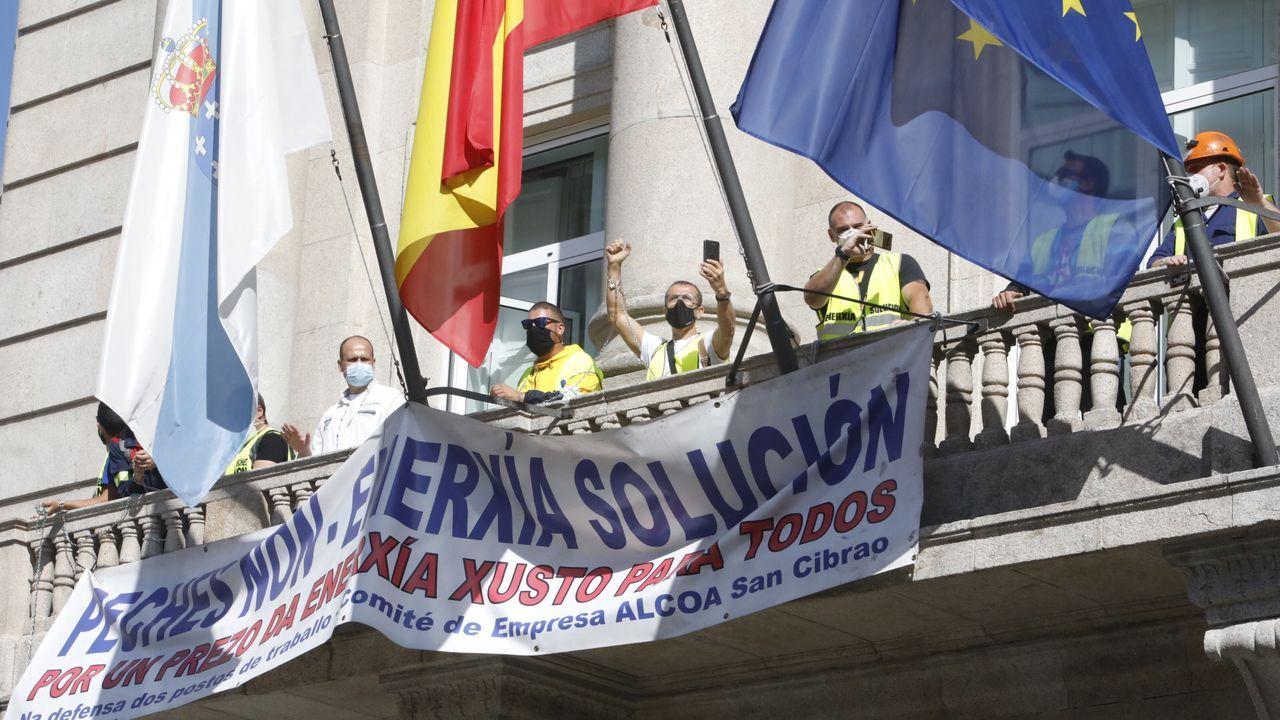 Trabajadores de Alcoa se encadenan al balcón de la Subdelegación del Gobierno en Lugo
