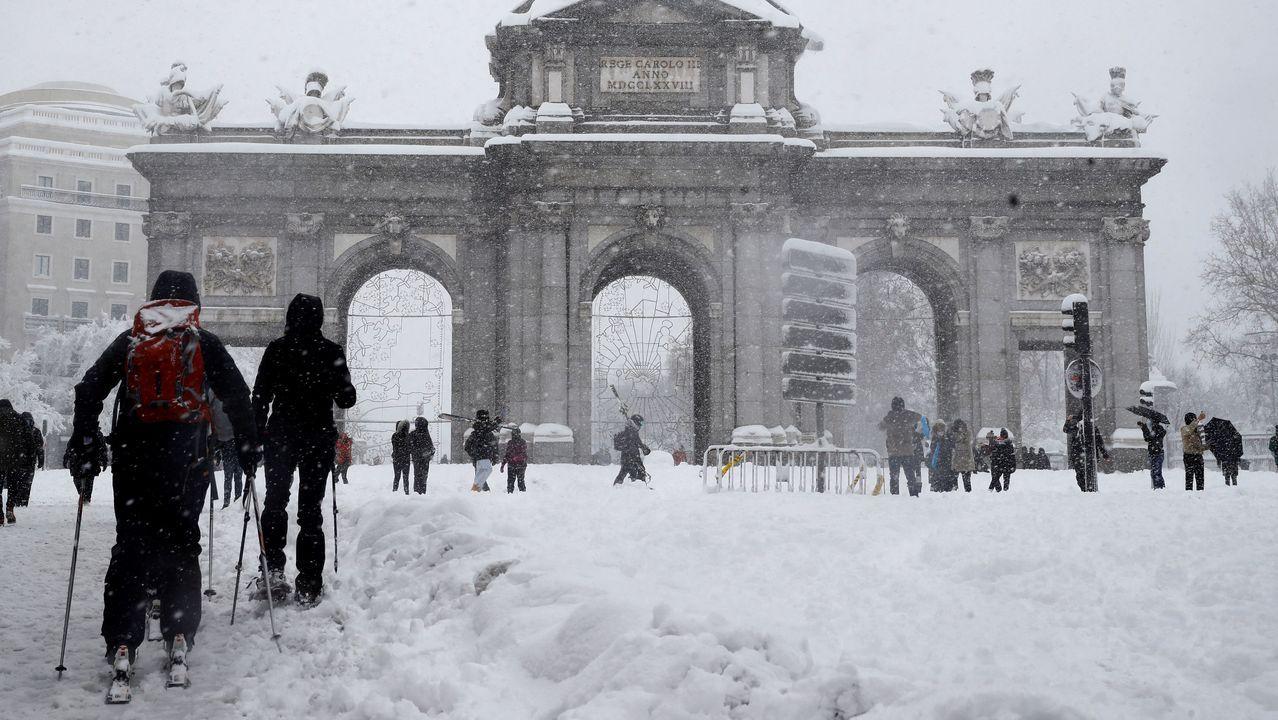 La nevada sobre Madrid, a vista de pájaro.Gente esquiando ante la madrileña Puerta de Alcalá, tras una nevada histórica
