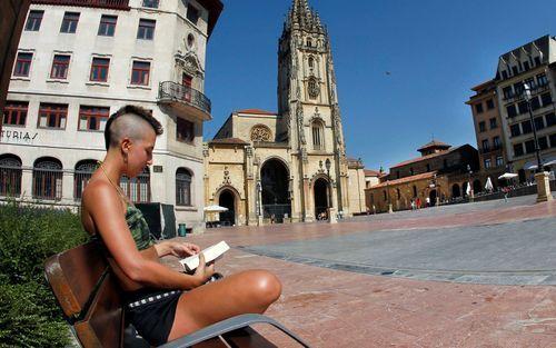 La historiaregresaen las aguas de la ría de Navia.Calor en Oviedo