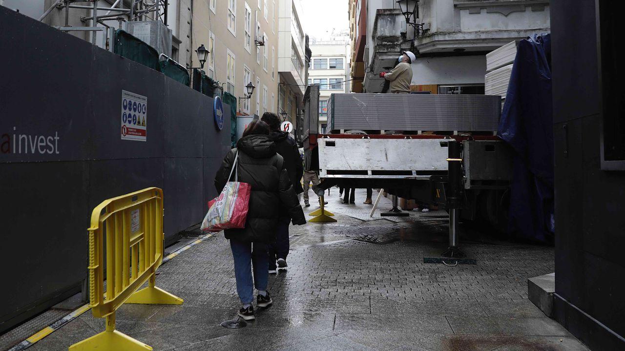 Algunos apuntaron a la posibilidad de que la ambulancia no pudiese pasar por unas obras de rehabilitación de un edificio. Sin embargo, el sábado no estaba la plataforma desde la que se descargan materiales (a la izquierda), y el vehículo sanitario pudo llegar hasta el final de la valla. A continuación había terrazas a ambos lados.