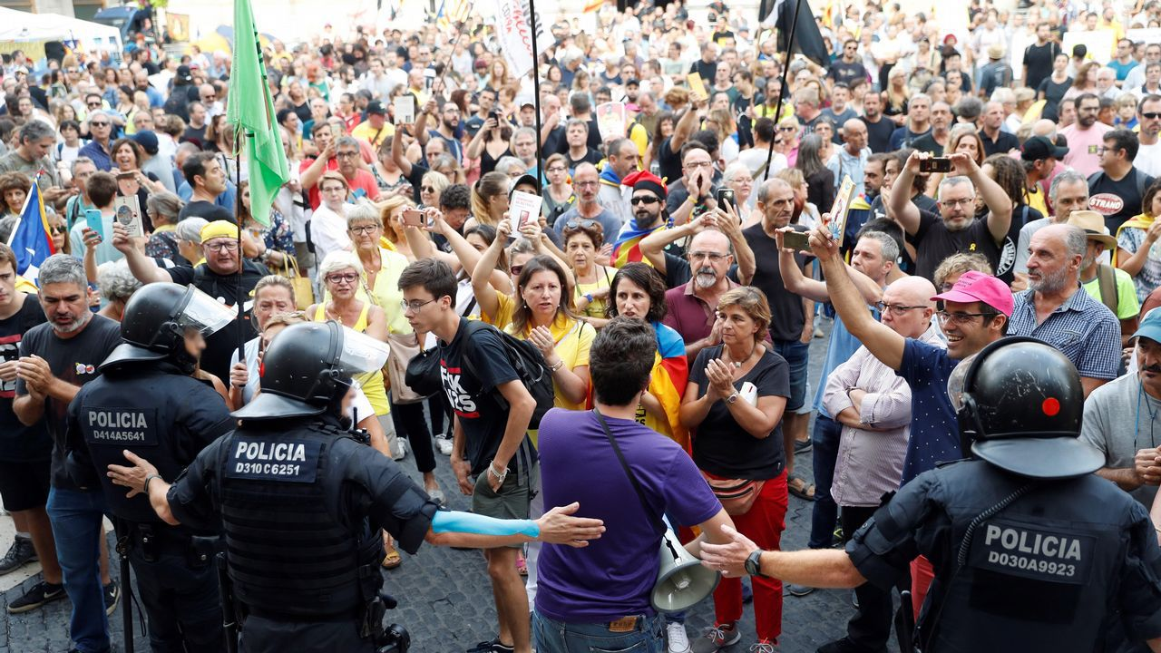 Tensión por la doble manifestación de independentistas y policías en Barcelona.Decenas de bomberos denunciaron el deplorable estado de sus parques de trabajo