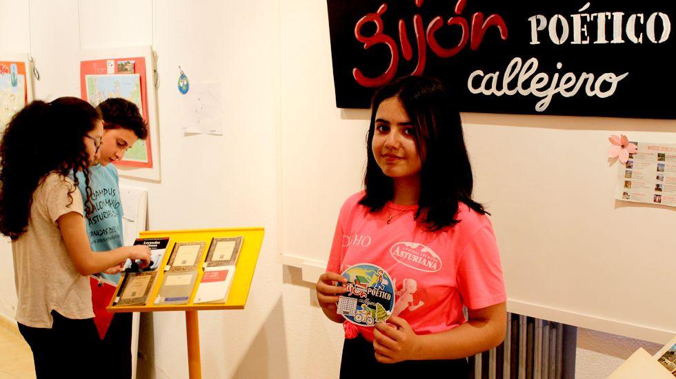 Claudia Fernández muestra su logo para «Gijón, callejero poético»