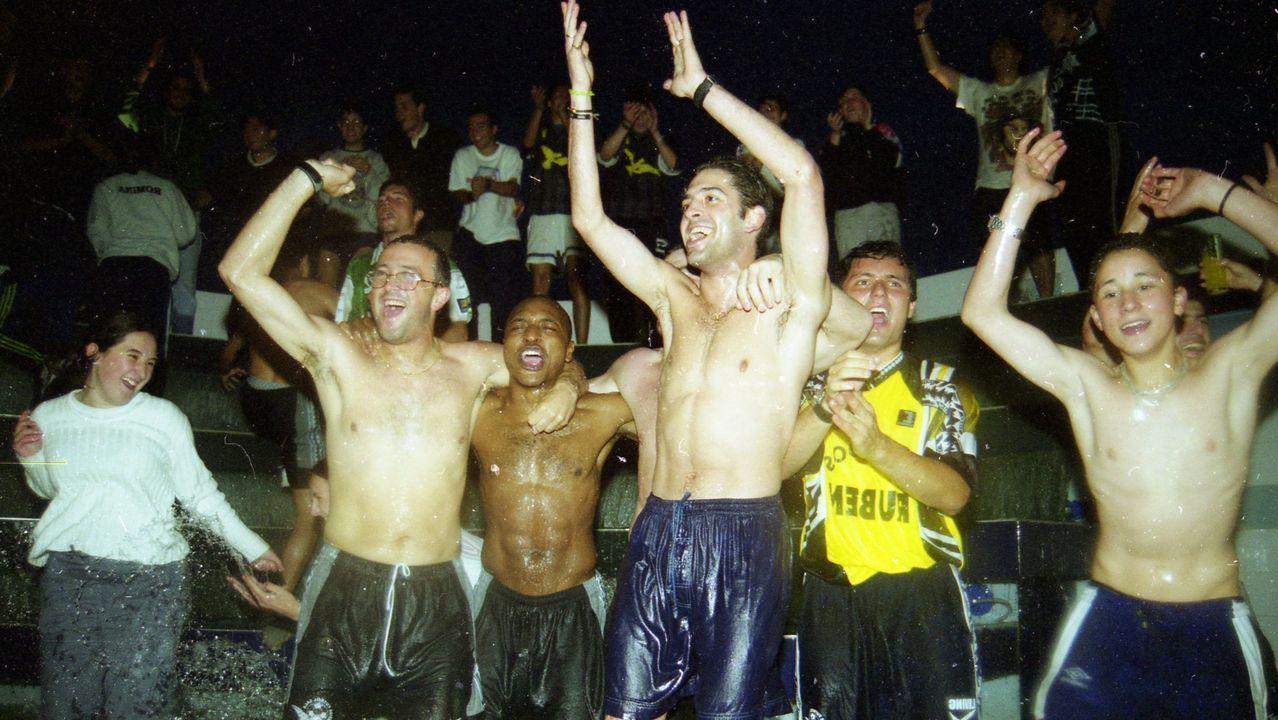 Un momento de la fiesta en Burela tras el ascenso del Cefire en 1999 tras una agónica eliminatoria contra el Móstoles