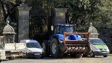 Un tractor de grandes dimensiones entrando en el pazo de Meirás el pasado viernes para la realización de obras de acondicionamiento