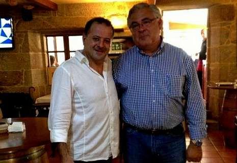 Fermín Martínez, con Gregorio Varela, ayer en Laxe.