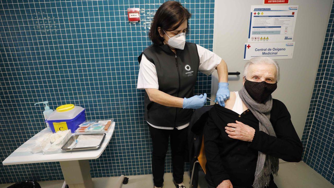Primer día de desescalada enA Mariña.Una de las mariñanas mayores de 80 años vacunadas frente al covid-19 este lunes en el centro de salud de Burela