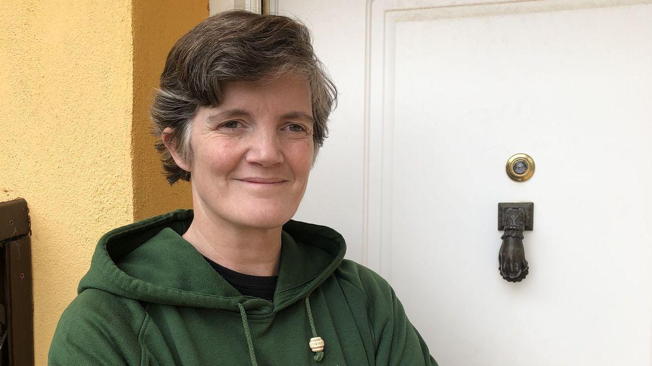 Borja Quiza: «Por mi cumpleaños me dejaron tres centollos en la puerta».Luz Pozo, xunto a un retrato da súa nai, na súa casa da Coruña en abril do 2017