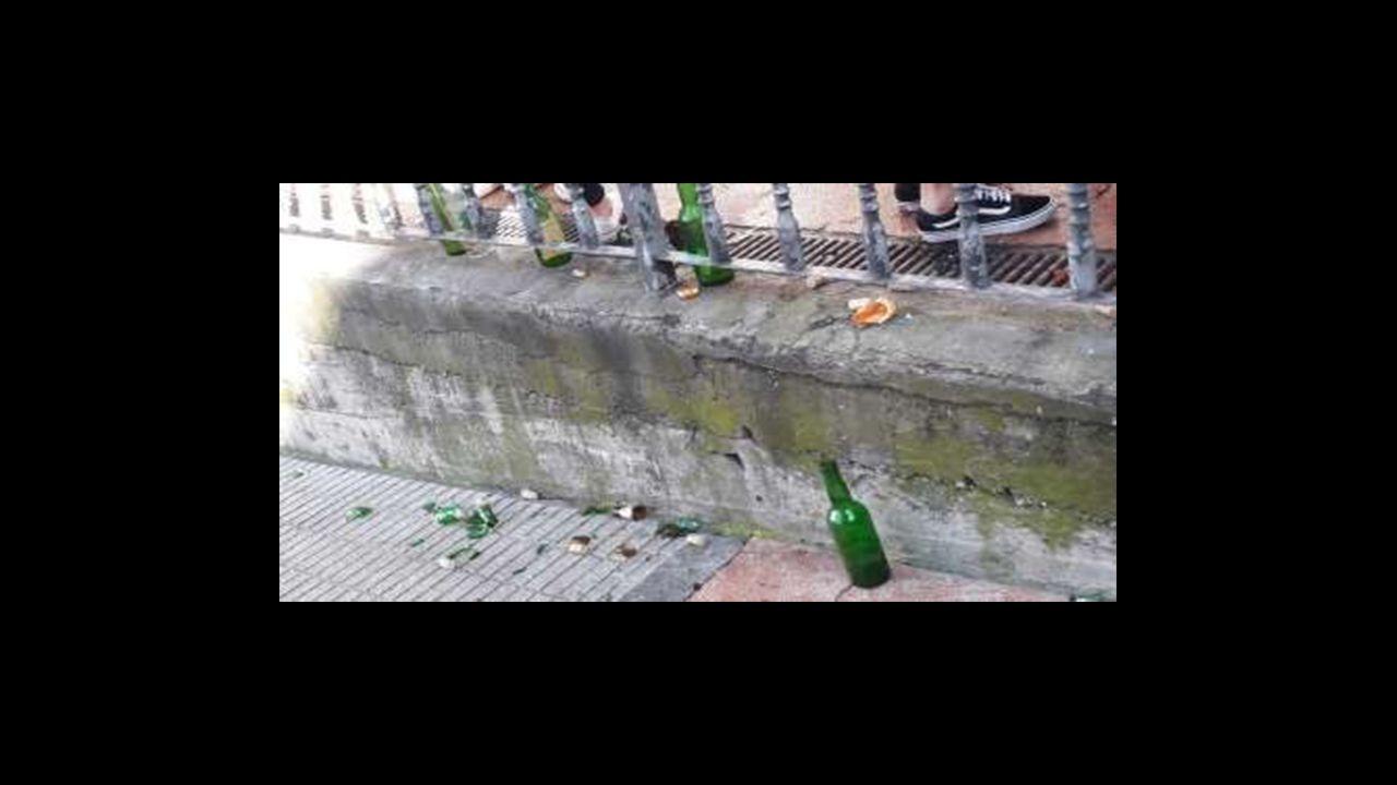 La suciedad y el botellón es una de las consecuencias del ambiente festivo continuado de las calles