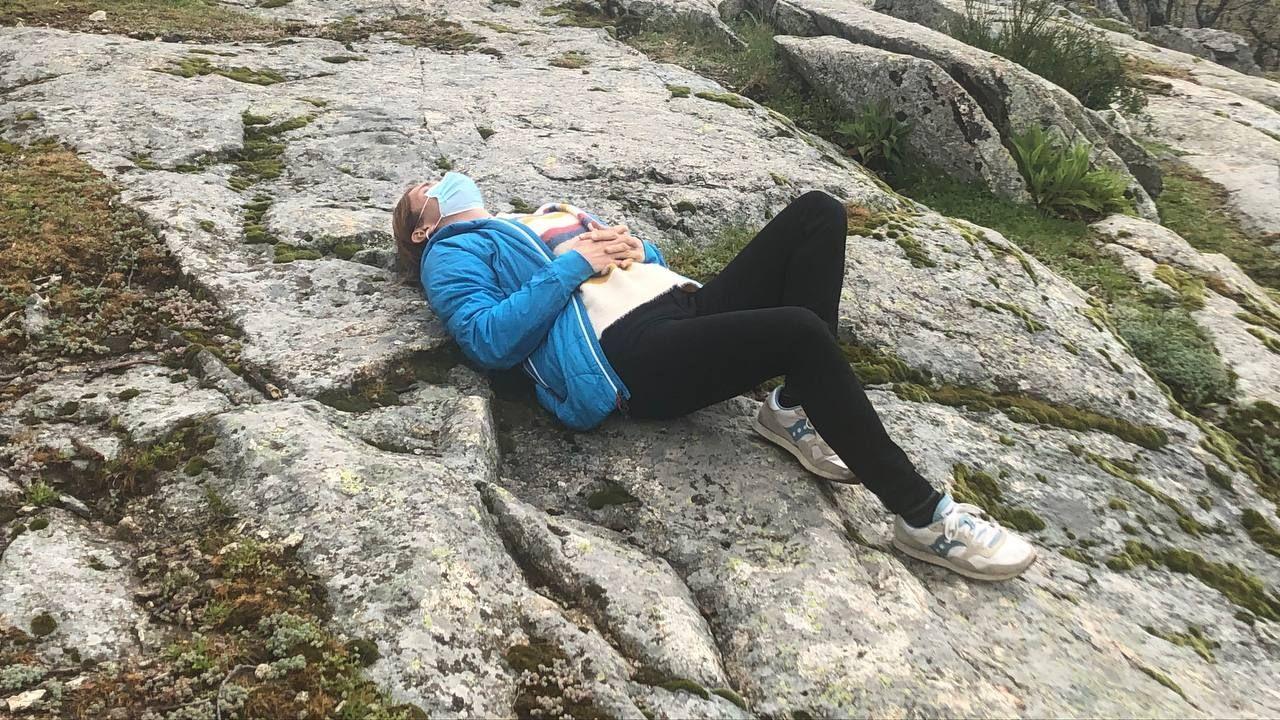 Mónica García descansando, este lunes, durante una caminata por la Sierra madrileña