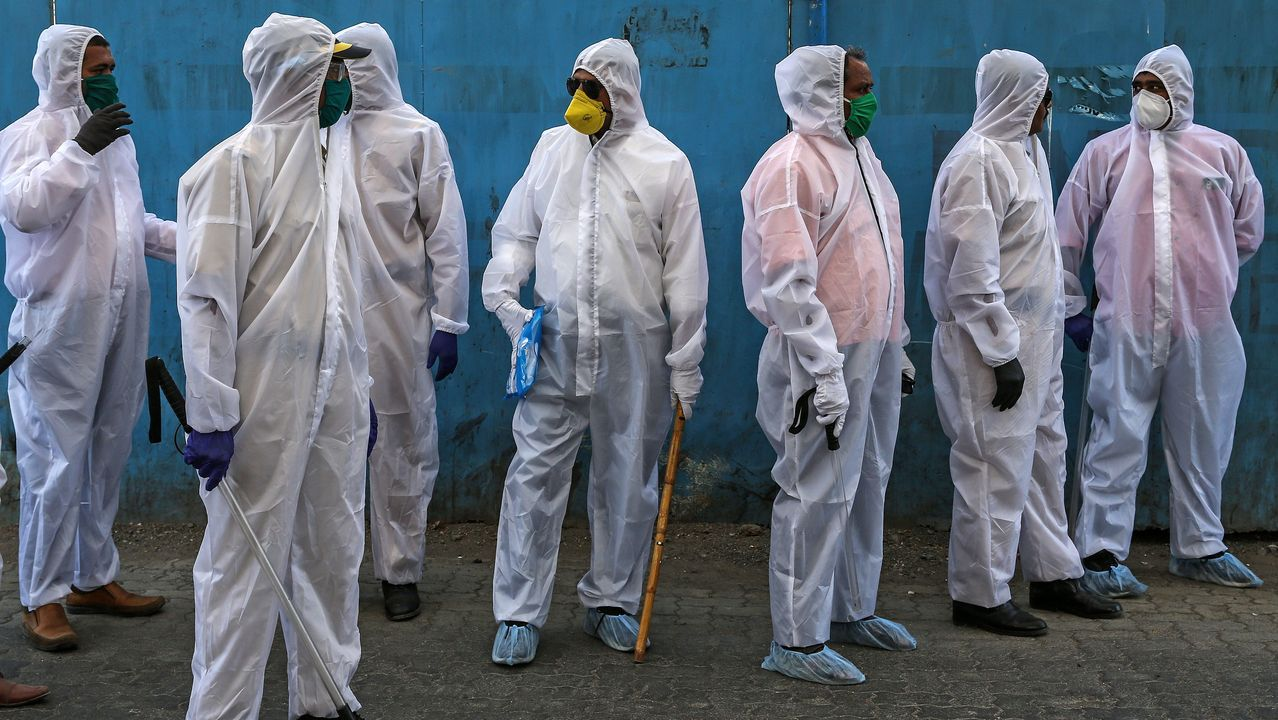 Un grupo de policías indios prueban el material de protección contra el COVID-19