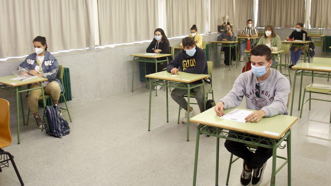 Alumnos haciendo la selectividad el 7 de julio del 2020 en Esteiro (Ferrol)