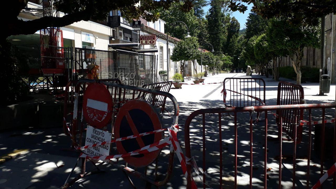 Unas vallas impiden el paso de vehículos al centro de salud de Caldas, en el peatonal paseo de Román López