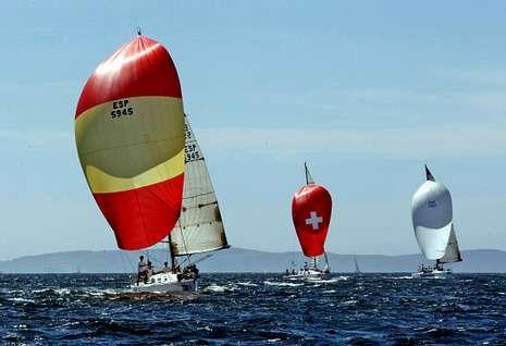 Tres de las embarcaciones surcando la ría que compitieron en la edición del año pasado.