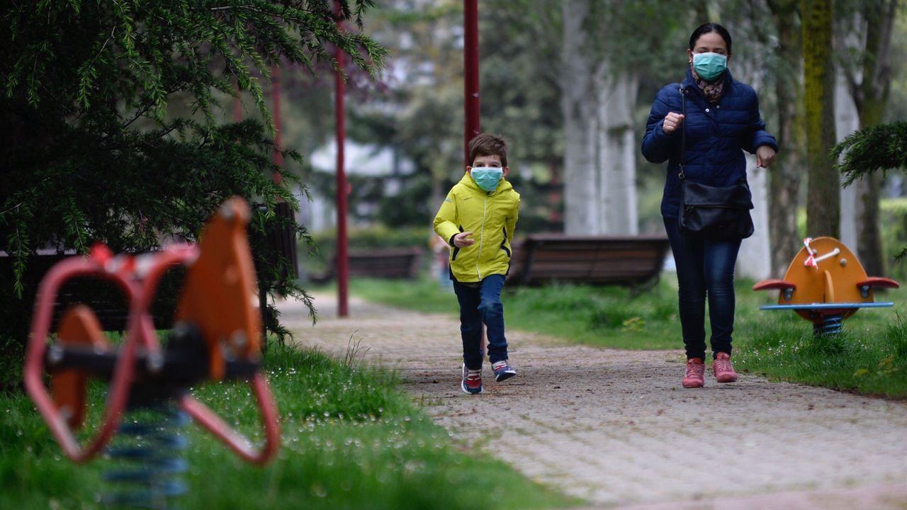 Un niño protegido con una mascarilla corre esta mañana por un parque de la ciudad de Valladolid