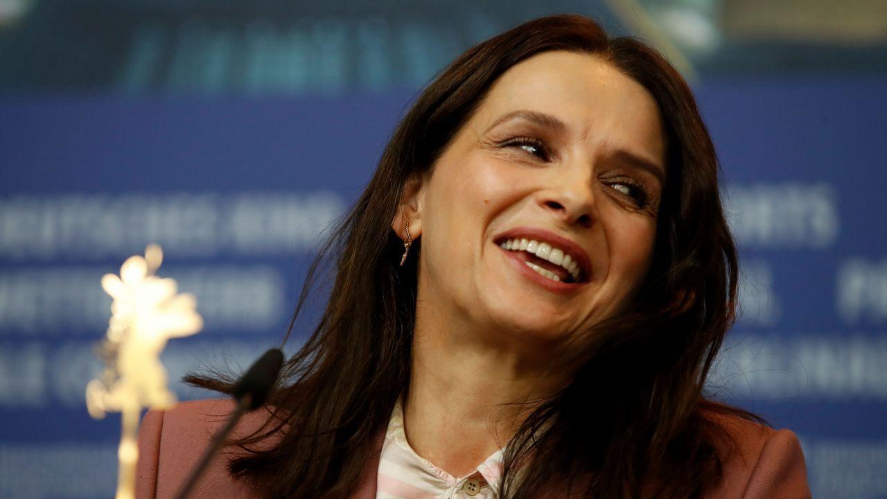 Juliette Binoche sonríe durante su conferencia de prensa en la Berlinale